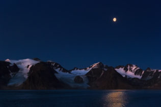 At twilight, the soft light of the lunar moon caresses the Svalbard mountains. The blue hour. (copyright Anette Mossbacher)